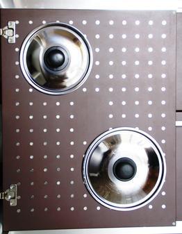Задняя дверца кухонного шкафчика держит магнитами крышки от кастрюль